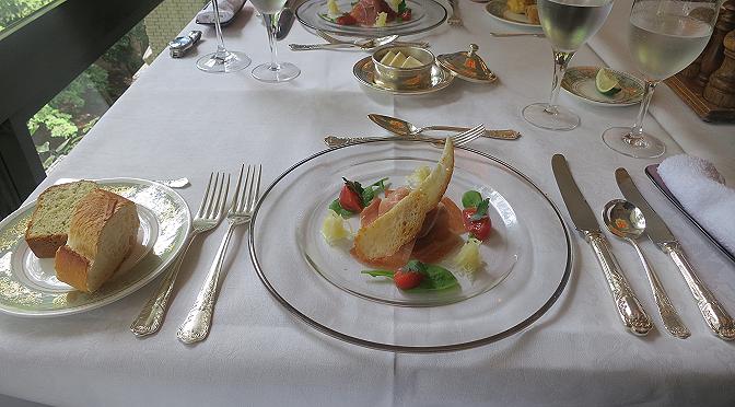結婚記念日の食事には、結婚式をした式場のレストランがいいと思う。
